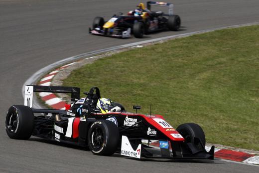 금호타이어가 올해로 15년째 공식타이어로 독점 공급 중인 네덜란드 '마스터스 F3' 대회가 지난 18일부터 21일까지 개최됐다.  사진은 결승 경기 장면.