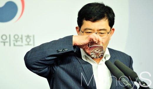 [머니S포토] 물 마시는 윤창현 공적자금관리위원장
