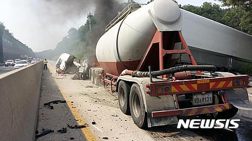 영동고속도로 광교터널 사고. 탱크로리 전도. 사진은 지난 6월 중부고속도로에서 발생한 탱크로리 추돌사고 현장. /자료사진=뉴시스