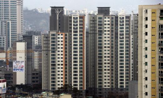 7월 수도권 분양권 거래는 전년 같은기간 보다 증가한 반면 지방은 줄어들어 양극화 현상이 나타났다. 사진은 서울시내 한 아파트 단지. /사진=뉴시스 DB