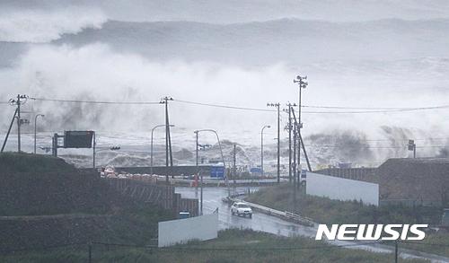 일본 태풍피해. 지난 30일 미야기현 이시노마키 해안가에 높은 파도가 치고 있다. /사진=뉴시스(AP제공)