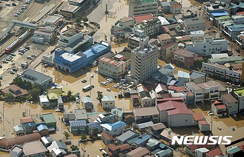 일본 태풍 피해. 10호 태풍 라이언록 영향으로 31일 일본 도호쿠 지역 이와테현 구지시 중심가가 물에 잠겨 있다. /사진=뉴시스(AP제공)
