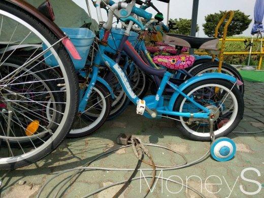지난달 17일, 잠실한강공원 대여점에 어린이용 자전거가 잠금장치에 발이 묶여 있다. /사진=박정웅 기자