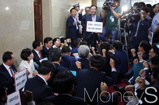 [머니S포토] 새누리당, '국회의장 사과요구 하며 농성 중'