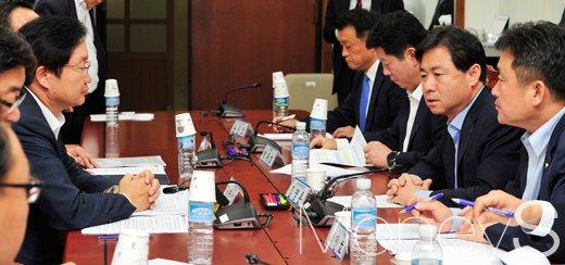 [머니S포토] 한진해운 부도사태 긴급 회의, 발언하는 김영춘 위원장