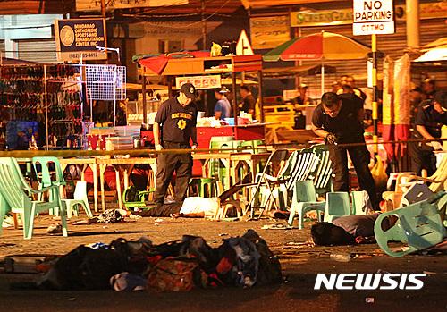 필리핀 경찰이 2일(현지시간) 남부도시 다바오에 있는 야시장에서 폭발로 숨진 희생자를 수습하고 있다. /사진=뉴시스DB