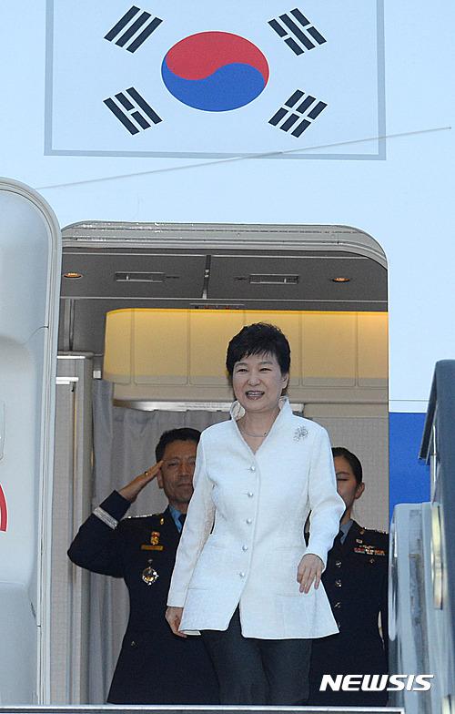 다자정상회의 참석차 러시아, 중국, 라오스 3개국 순방에 나선 박근혜 대통령이 2일 오후 첫 순방국 러시아 블라디보스톡 국제공항에 도착했다. /사진=뉴시스