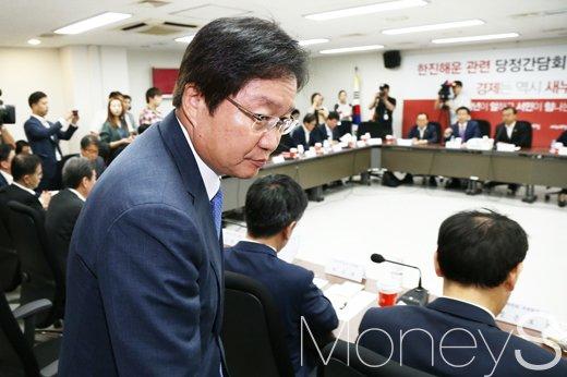 [머니S포토] 퇴장하는 김영석 해수부 장관