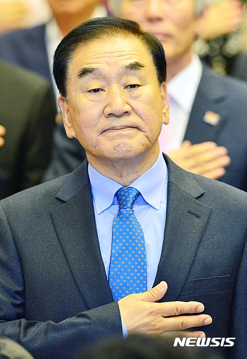 늘푸른한국당. 이재오 늘푸른한국당 창당준비공동위원장이 오늘(6일) 국회에서 열린 창당발기인대회에 참석해 국민의례를 하고 있다. /자료사진=뉴시스