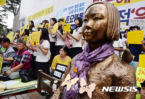 소녀상 박근혜. 사진은 어제(7일) 열린 '제1247차 일본군 위안부 문제 해결을 위한 정기수요시위' 현장. /자료사진=뉴시스