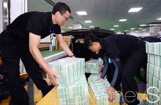 [머니S포토] 조심조심 추석자금 옮기는 한국은행 관계자들