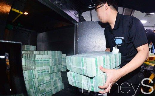 [머니S포토] 민족 대명절 추석 일주일 앞두고 시중은행 신권 공급 나선 한국은행