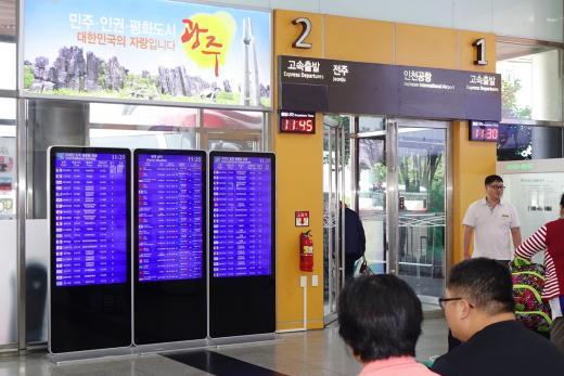 주종합버스터미널 1번 승차홈 앞에 설치된 인천공항 항공기 운항 안내 시스템.   이를 통해 항공기의 결항, 지연여부, 탑승구, 도착지 날씨 등의 다양한 정보들을 쉽게 확인할 수 있다.