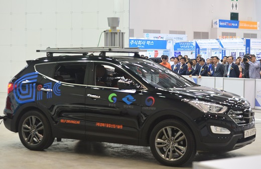 지난달 24일 대구 엑스코에서 열린 '2016 대한민국 정보기술(IT)융합 엑스포'에 모습을 드러낸 자율주행차. /사진=뉴시스