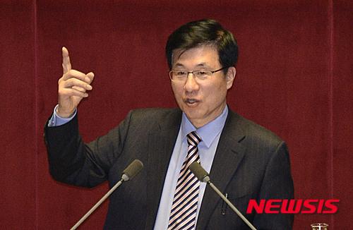 박정희 기념우표. 신경민 더불어민주당 의원. /자료사진=뉴시스
