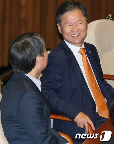 천정배. 안철수(왼쪽), 천정배 전 국민의당 공동대표가 어제(20일) 국회에서 대화를 나누고 있다. /자료사진=뉴스1