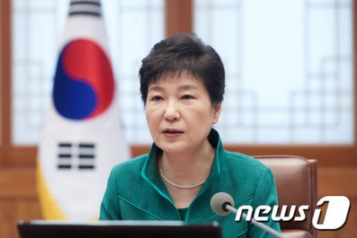 최순실. 박근혜 대통령이 지난달 29일 청와대에서 열린 수석비서관회의에서 발언을 하고 있다. /자료사진=뉴스1