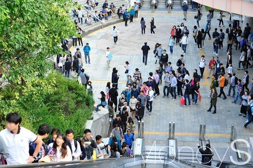 금융노조 총파업. 23일 서울 마포구 상암동 월드컵경기장에 금융노조 파업에 참여한 직원들이 도착하고 있다. /사진=임한별 기자