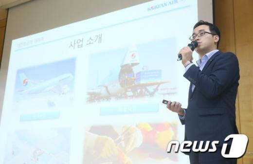 대한항공 채용. 지난 6일 부산대학교에서 열린 지역인재 채용설명회에서 박성진 대한항공 과장이 2017년도 신입사원 채용을 주제로 발표하고 있다. /자료사진=뉴스1