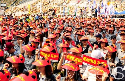 금융노조 총파업 날인 23일 서울 마포구 상암동 월드컵경기장에서 각 금융권 조합원이 주먹을 쥐고 투쟁구호를 외치고 있다./사진=임한별 기자