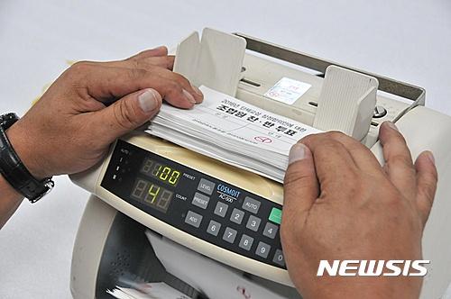 현대차 파업. 지난 8월 26일 현대차 울산공장 노조사무실에서 올해 임금협상 잠정합의안에 대한 조합원 찬반투표 개표 작업이 진행되고 있다. /자료사진=뉴시스