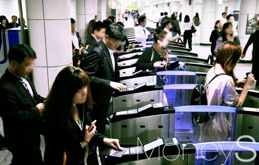 서울을 포함한 전국 철도-지하철노조가 연대파업에 돌입하기로 한 27일 서울 지하철 역사안에는 출근을 서두르는 시민들로 붐비고 있다. /사진=임한별 기자