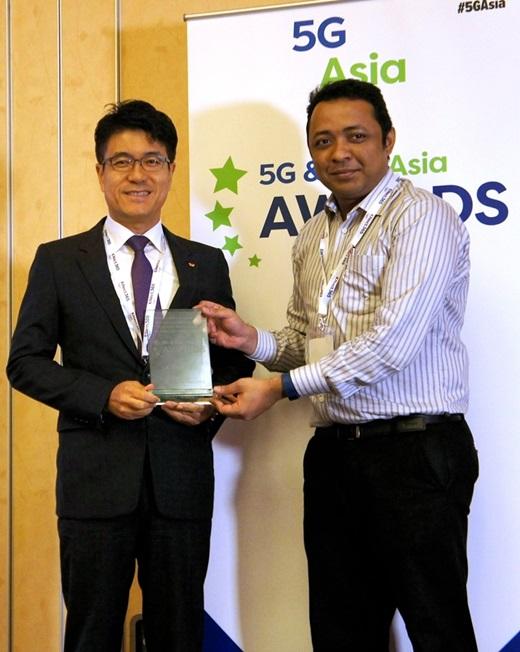 SK텔레콤이 27일(현지시간) 싱가포르에서 열린 '5G & LTE 아시아 어워즈 2016'에서 '5G 연구 최고 공헌상'과 '5G 연구발전 협력상'을 수상했다. 사진은 박진효 SK텔레콤 네트워크기술원장(왼쪽)이 '5G & LTE 아시아 어워즈' 행사 관계자로부터 상을 받고 있는 모습. /사진=SK텔레콤