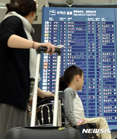 태풍 차바 예상 이동경로. 3일 오전 인천공항 출국장에서 승객들이 운항정보를 살펴보고 있다. 이날 일본행 일부 여객기가 태풍으로 출발지연됐다. /자료사진=뉴시스