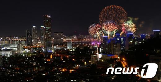 2016 여의도 불꽃축제. 사진은 지난해 10월 열린 서울세계불꽃축제. /자료사진=뉴스1