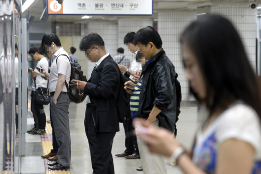 출퇴근길 스마트폰으로 강의를 영어 강의를 시청 중인 직장인들. /사진=뉴스1 DB