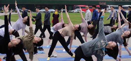 직장인들의 점심시간을 활용한 운동 모습. /사진=뉴스1 DB