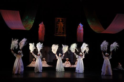 ▲국립남도국악원 무용단의 지전춤 공연 모습