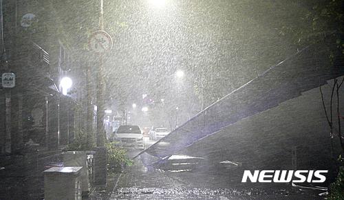 태풍 차바 피해. 제주 학교 휴교. 사진은 태풍으로 폭우가 내리고 있는 제주 서귀포. /사진=뉴시스