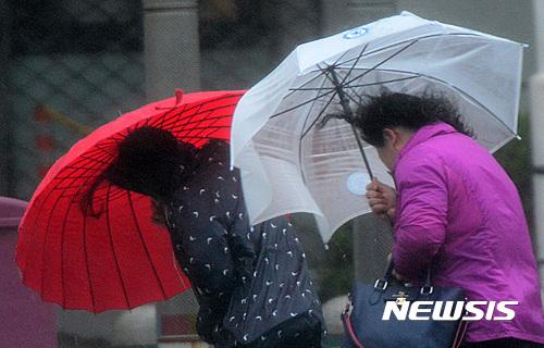 부산 태풍. 제주 태풍피해. 5일 오전 부산 해운대구 벡스코 인근에서 시민들이 비바람에 맞서 힘겹게 걸어가고 있다. /사진=뉴시스