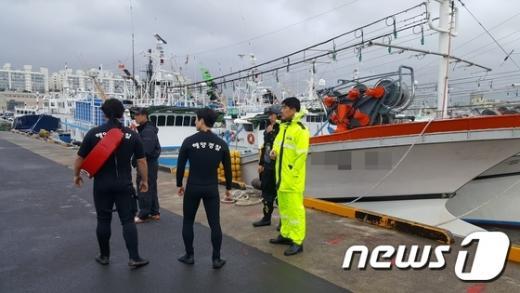 제주 태풍 피해. 오늘(5일) 제주시 건입동 제주항 제2부두 인근 어선에서 남성 1명이 바다로 추락해 해경이 수색에 나섰다. /사진=뉴스1