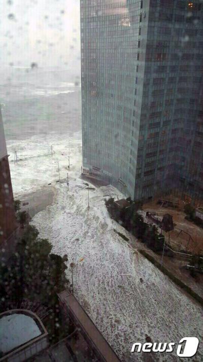 부산 마린시티. 오늘(5일) 오전 북상하는 제18호 태풍 '차바'(CHABA)의 영향으로 부산 해운대구 마린시티까지 바닷물이 범람하고 있다. /사진-뉴스1(독자제공)
