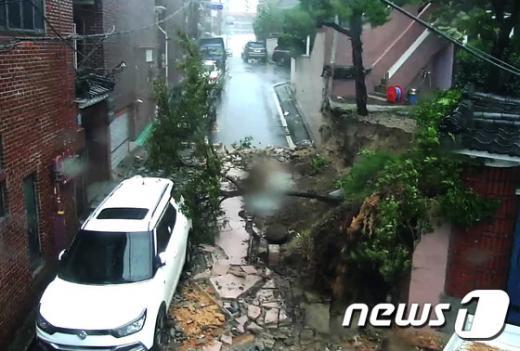 울산 태풍 피해. 오늘(5일) 울산 중구 복산동 한 주택의 담장이 무너졌다. /사진=뉴스1(울산 중구청 제공)