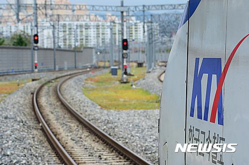 코레일. KTX. 오늘(5일) 태풍 차바의 영향으로 대전 동구 대전역에서 서울에서 부산으로 향하던 KTX가 멈춰 있다. /사진=뉴시스