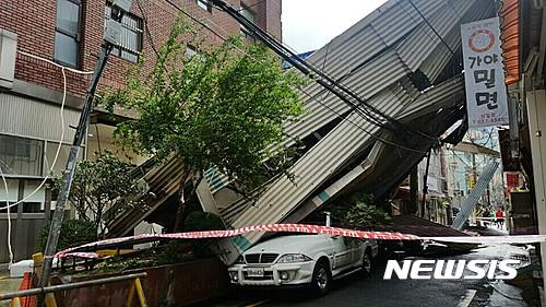 범일동 주차타워. 태풍 '차바'로 오늘(5일) 오전 11시 55분쯤 부산시 동구 범일동 모 병원 인근 27m 높이 주차타워가 붕괴됐다. /사진=뉴시스(부산소방본부 제공)