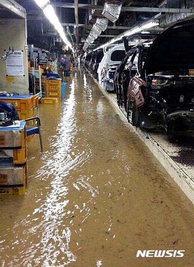 현대자동차 침수. 오늘(5일) 오전 11시 현대자동차 울산2공장이 침수 피해를 입어 생산라인 가동을 중단했다. /사진=뉴시스