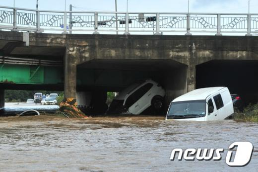 포항 태풍 피해. 오늘(5일) 태풍 차바의 영향으로 경북 포항시에서 차량이 침수됐다. /사진=뉴스1