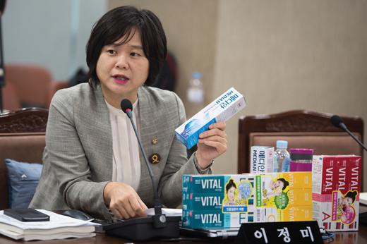 이정미 의원이 지난달 27일 국정감사에서 가습기 살균제 성분이 함유된 치약을 들고 발언하고 있다. /사진=뉴스1 DB