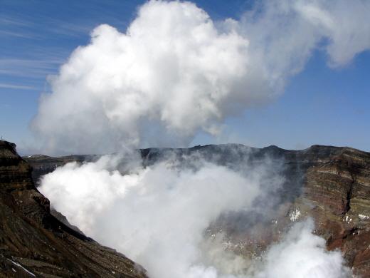화산활동을 지속 중인 일본 아소산. /사진=뉴시스 DB