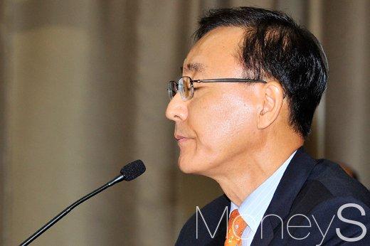 [머니S포토] 우병우 수석 관련 질의에 눈 감은 김수남 총장