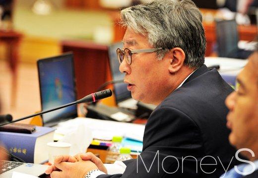 [머니S포토] 대검찰청 국정감사, '박지만 회장에 대해 묻는 조응천 의원'