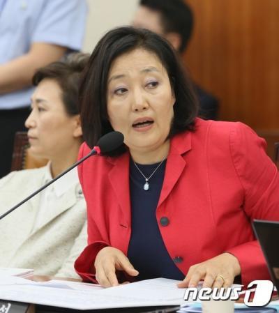 박영선 더불어민주당 의원이 지난 5일 국회에서 열린 기획재정위원회 국정감사에서 유일호 기획재정부 장관에게 질의를 하고 있다. /자료사진=뉴스1