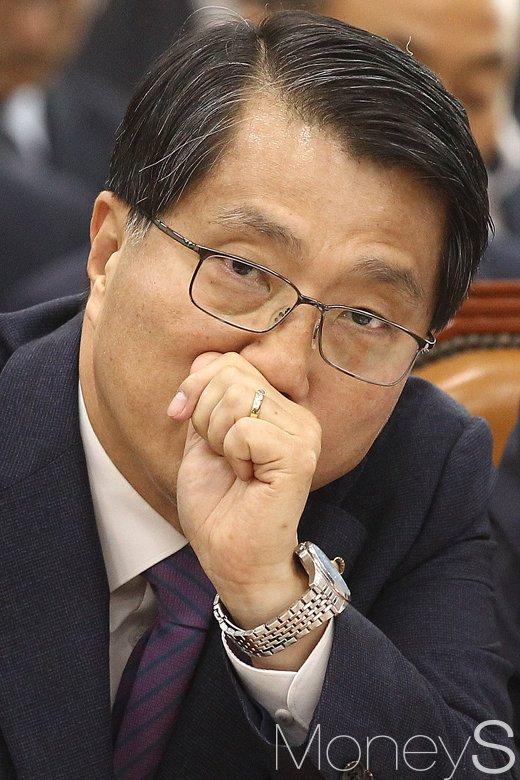[머니S포토] 피곤한 모습 역력한 진웅섭 금감원장