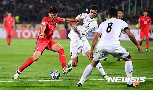 손흥민이 지난 11일(현지시간) 이란 테헤란 아자디 스타디움에서 열린 대한민국과 이란의 '2018 FIFA  러시아월드컵' 아시아지역 최종예선 4차전 경기에서 드리블을 하고 있다. /자료사진=뉴시스