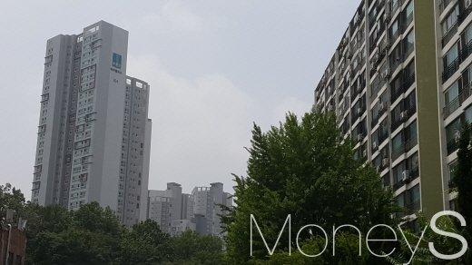 이달 서울 아파트 거래량이 3개월 만에 증가세로 전환했다. 사진은 대치 래미안 팰리스(왼쪽)와 은마 아파트. /사진=김창성 기자
