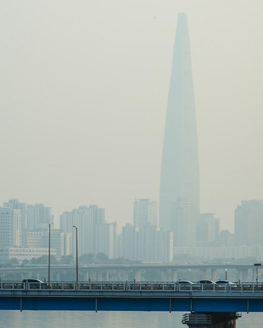 지난 14일 오전 미세먼지에 뒤덮인 롯데월드타워. /사진=뉴스1
